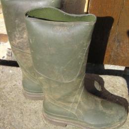 bottes caoutchouc couleur kaki-pointure 37-semelle crantée-hauteur au niveau du mollet-très bon état